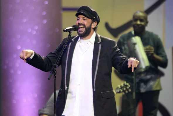 Juan Luis Guerra sorprendió en un concierto al cantar con Romeo Santos